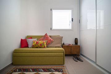 חדר האורחים שבממ''ד (צילום: אילן נחום)
