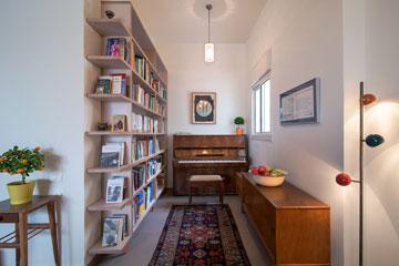 פינת הפסנתר והספרייה (צילום: אילן נחום)