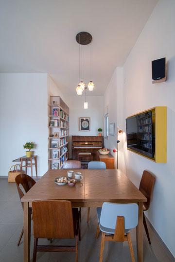 פינת אוכל אקלקטית עם מסך טלוויזיה שאפשר לסובב לסלון (צילום: אילן נחום)