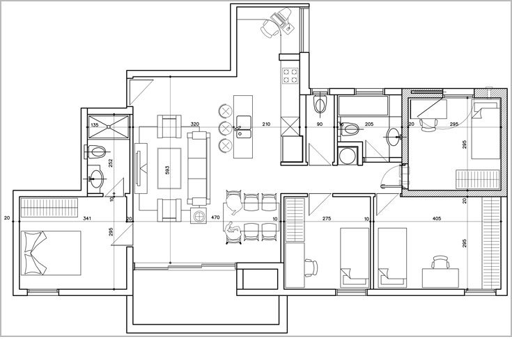 תוכנית הדירה המקורית, בת חמישה חדרים. למטה: התוכנית שהותאמה לדיירים. רק הממ''ד נשאר כשהיה: חדר רחצה קטן בוטל ושטחו נוסף למטבח, שמוקם במקום הסלון. פינת האוכל מוקמה היכן שתוכנן המטבח. פינת העבודה הפכה לפינת הפסנתר והספרייה, וחדר שינה צדדי הפך לחדר עבודה. שני חדרי שינה אוחדו לטובת בני הזוג, ושירותי האורחים ''הוכנסו'' לחדר הרחצה המרכזי (תכנית: ליאת עברון)