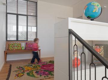 רהיט דו צדדי בפינת המשפחה בקומה העליונה (צילום: אלעד שריג)