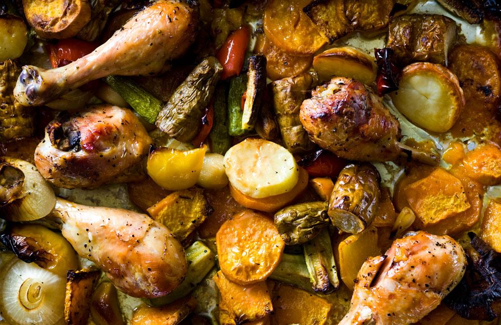 עוף בתנור עם ירקות אנטיפסטי (צילום: דני לרנר, סגנון: פסי ברניצקי)