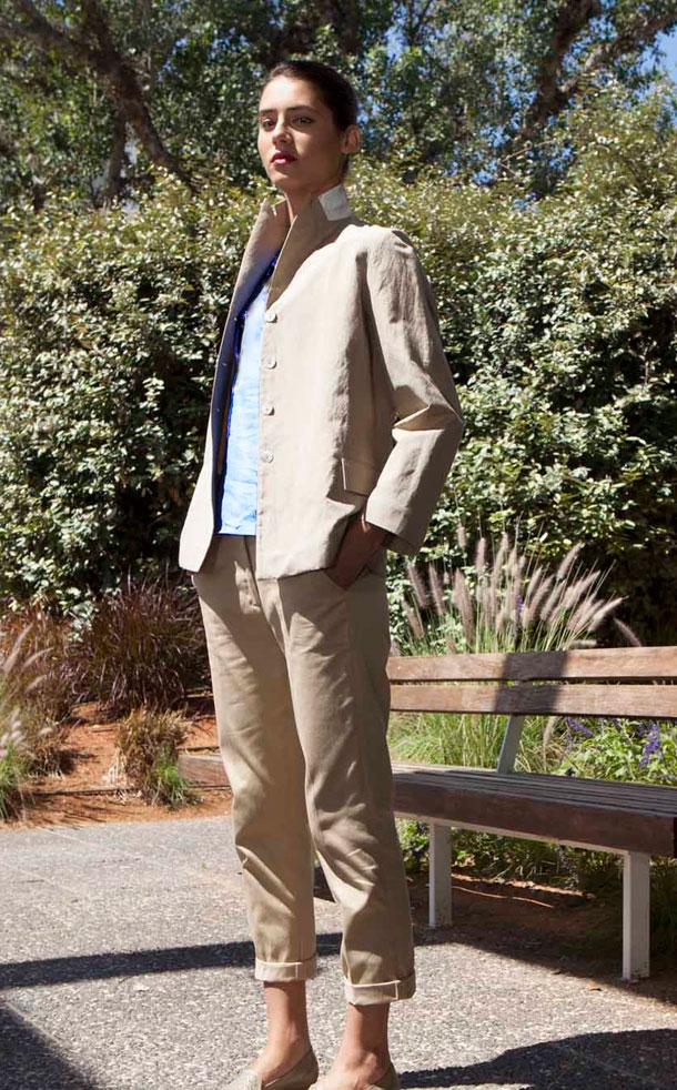 חליפת כותנה בצבע חאקי, אילנה אפרתי 2014 (צילום: רן גולני)