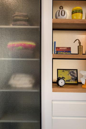 הארון בחדר השינה מורכב מהחומרים שמאפיינים את הדירה כולה: זכוכית, ברזל ועץ (צילום: אביב קורט)