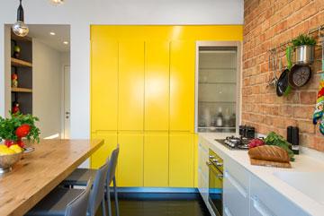 מבט אל קיר ארונות המטבח. מבואת הכניסה משמאל (צילום: אביב קורט)