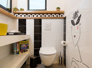 אריחים עם ציור בשירותים (צילום: אביב קורט)