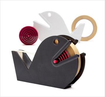 לקהל הרחב קאופמן מוכר בזכות פריטים משעשעים שעליהם הוא חתום, כמו מתקן סלוטייפ בצורת דג (צילום: סטודיו דן לב)