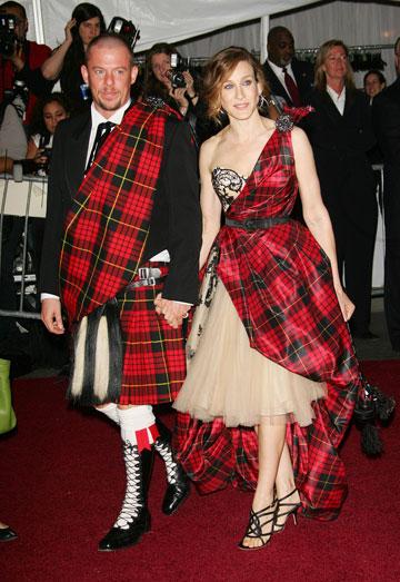 שרה ג'סיקה פרקר ואלכסנדר מקווין, 2006 (צילום: gettyimages)