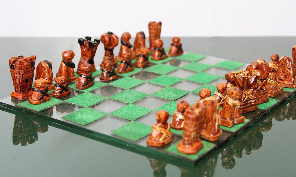 סט שחמט שלם מגלעיני אבוקדו, שמחזיק מעמד כבר 20 שנה (גילוף וצילום: נעם רוזנברג)