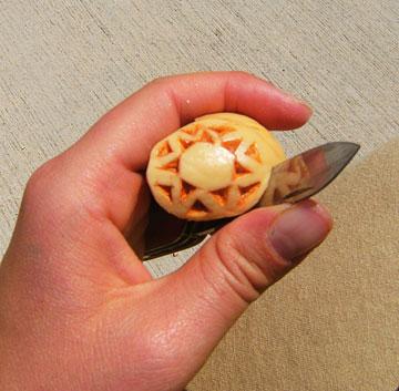 חתכו את חלקו המיותר של הגלעין, ליצירת תליון שטוח ודקיק (צילום: נאהב קרן)