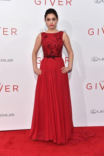 אודיה רש בשמלה של ג'ורג' חובייקה. שלום עולמי בדרך? (צילום: gettyimages)