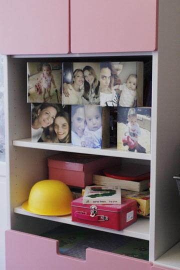 קוביות עץ שעליהן מודפסות תמונות של בנות המשפחה (צילום: יוני רייף  )
