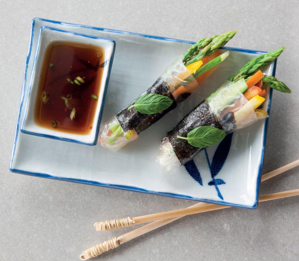 רול דפי אורז במלית ירקות צבעוניים ונענע (צילום: דני לרנר, סגנון: פסי ברניצקי)