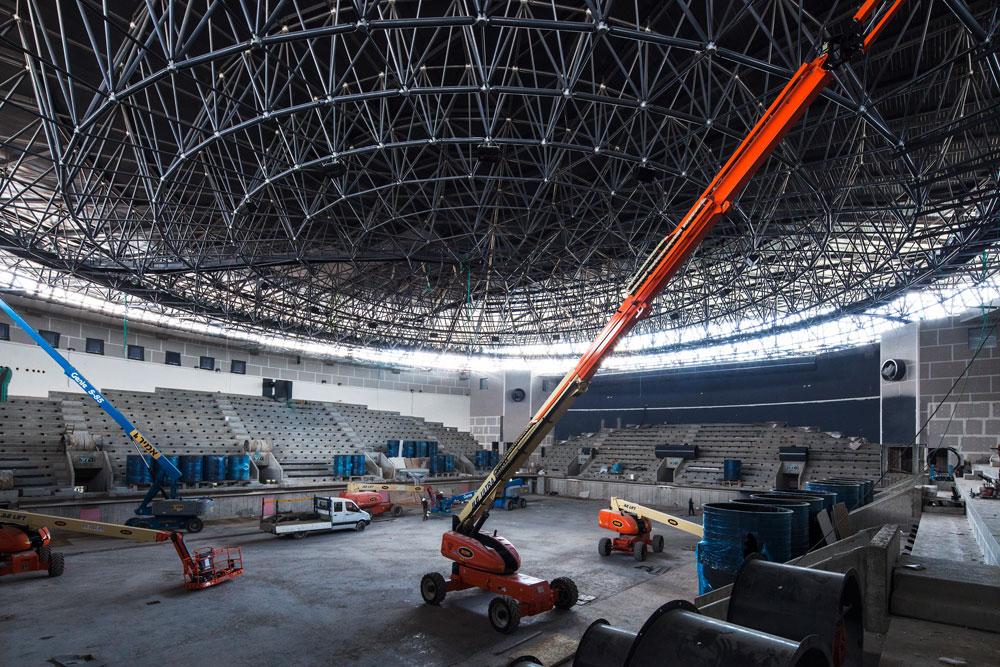 הבניין הוא מנסרה, שבתוכה כלואה ארנה בצורת קונוס. תקרה בגובה 20 מטרי, שעשויה 3,000 מוטות שנתפרו ב-800 כדורים - בלי עמודים (צילום: אביעד בר נס)