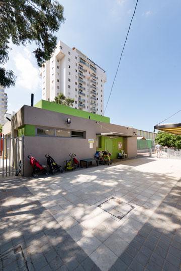 זה היה בית ספר, שהופך בהדרגה למתחם גני ילדים בן 3 קומות. ריינס 2, גבעתיים (צילום: גדעון לוין)