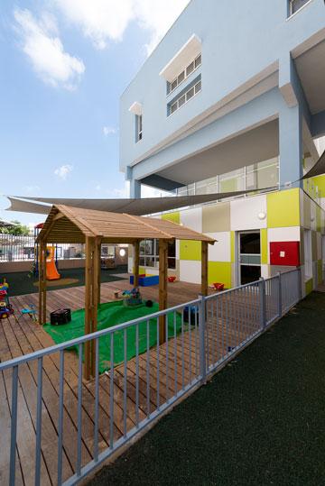 שילוב של מבנה חינוך ומבנה משרדים עירוני הוא יוצא דופן בישראל. הגן ברחוב השניים, גבעתיים (צילום: גדעון לוין)
