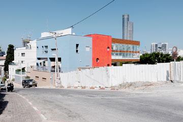 המגרש התלול של ''המכתש'' הכתיב את הטיפול האדריכלי. הגן ברחוב השניים (צילום: גדעון לוין)