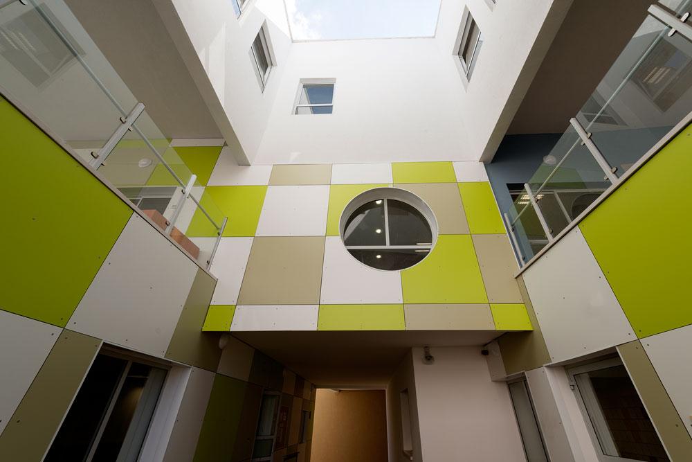 לא רק ילדים נמצאים במבנה הססגוני: מעל כיתות הגן נמצאים משרדי השירות הפסיכולוגי-חינוכי (שפ''ח) של העירייה (צילום: גדעון לוין)