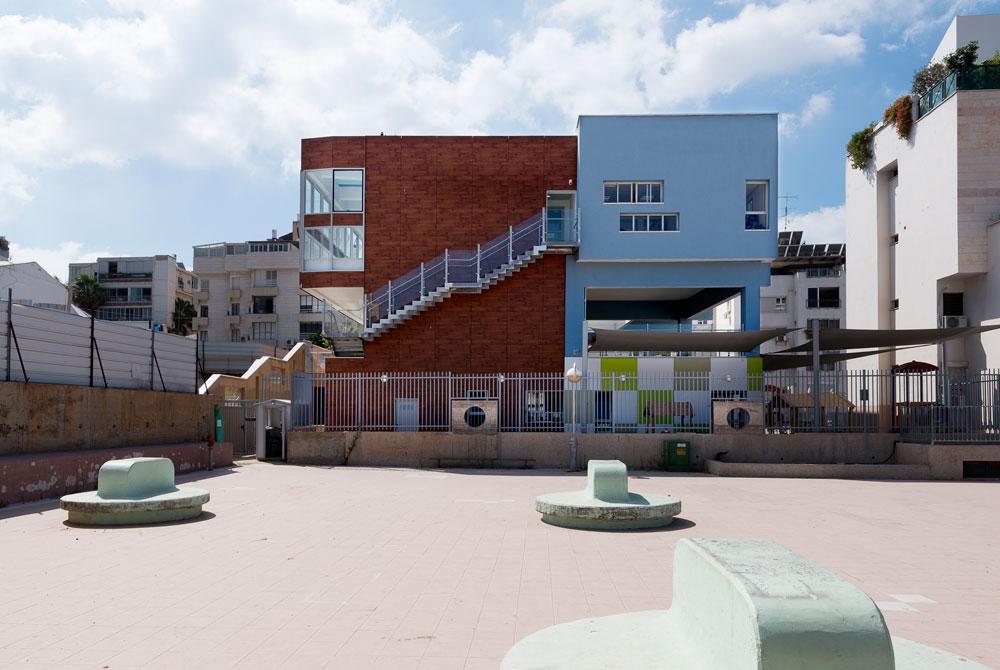 גן הילדים החדש ברחוב השניים בגבעתיים (לשעבר אצטדיון המכתש): החצר נמצאת בקומת הקרקע, הילדים בקומות העליונות (צילום: גדעון לוין)