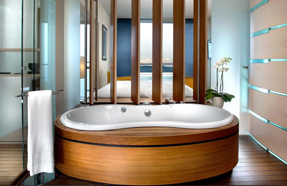 סוויטות מעוצבות בהשראת קונטיינרים של אוניה, נוף לאגם ולהרי האלפים וגישה פרטית לאגם דרך סולם במרפסת. מלון פלאטיף, שוויץ (מתוך palafitte.ch)