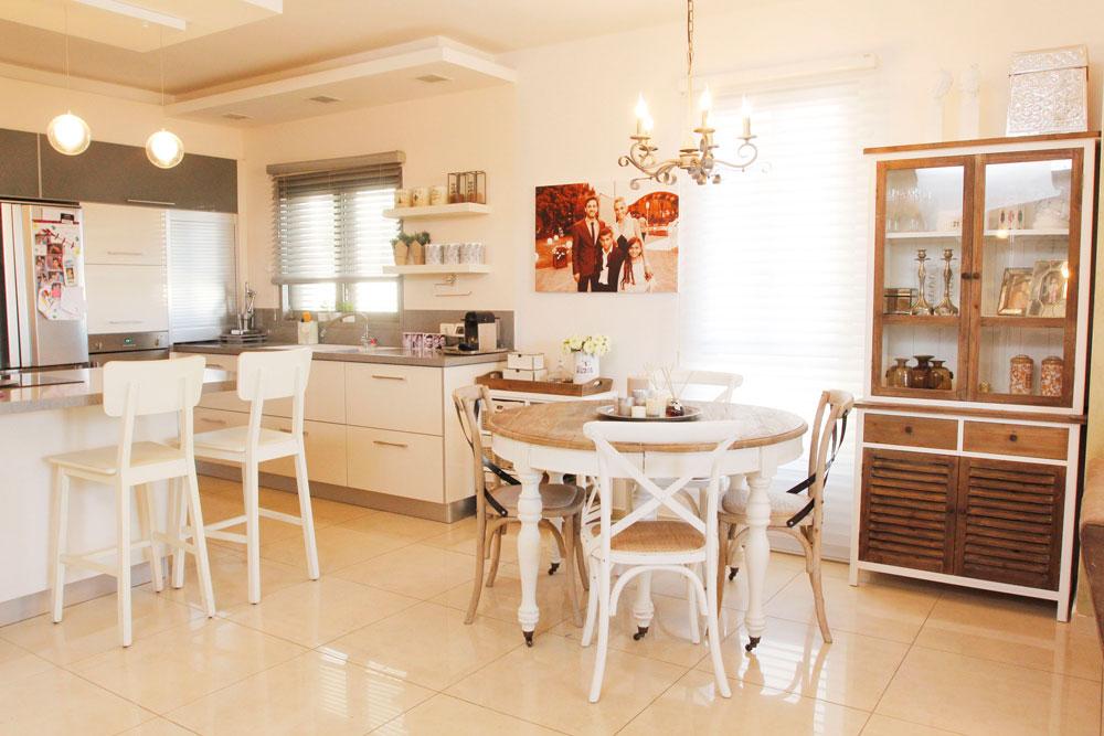 מזנון גדול, שולחן אוכל, כסאות בר. חלל המטבח ופינת האוכל לאחר השינוי (צילום: יוני רייף )
