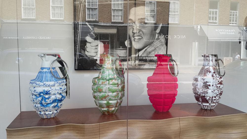 אמנות אקטואלית בחלון הראווה של אחת החנויות לאורך ''צ'רצ' סטריט מרקט'', שמשלב יקר וזול, עתיק וחדש, אמנות, רהיטים ואוכל (צילום: צביה קגן)