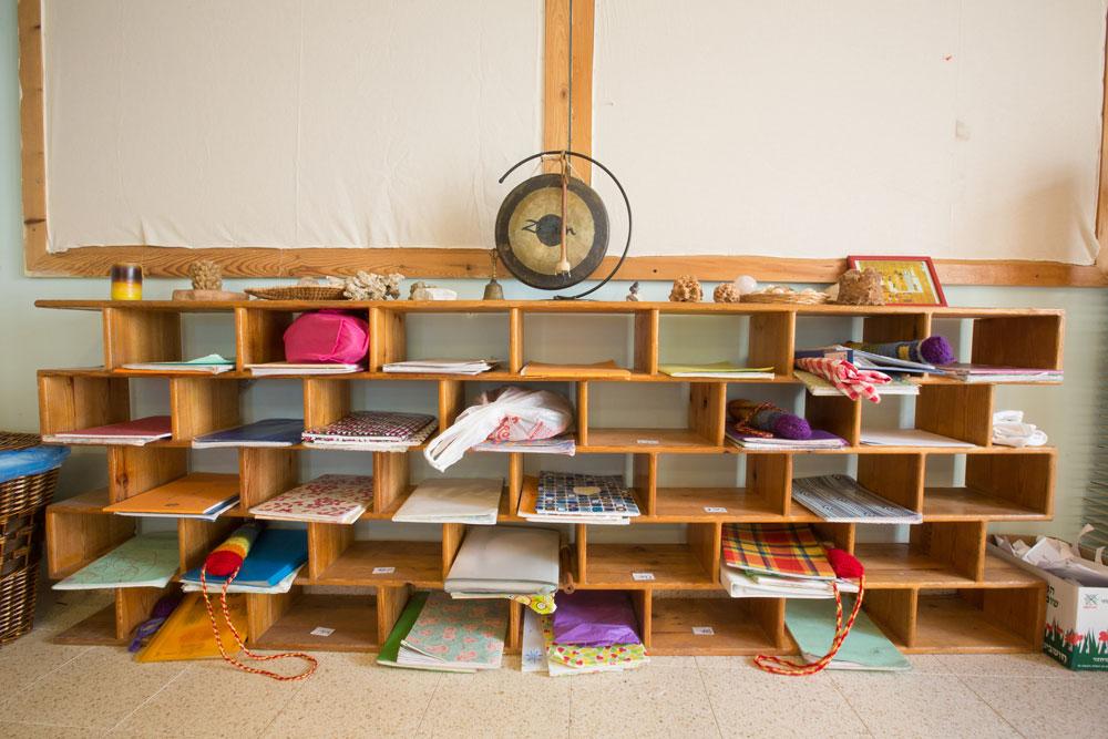 בתוך אחת הכיתות ב''שקד''.  החומרים שמהם בנוי בית הספר טבעיים עד כמה שניתן: הכסאות, השולחנות, פחי האשפה, הכונניות והלוחות עשויים עץ; הרצפה מחופה באריחי טרצו; התקרה מכוסה בצמר עץ וגופי התאורה מפיצים אור חם (צילום: דור נבו)