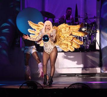 התלבושות הן חלק בלתי נפרד מההופעה. ליידי גאגא בישראל (צילום: שוקה כהן)