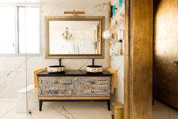הכיורים חדשים וכך גם הארון, שנצבע במיוחד (צילום: גדעון לוין)