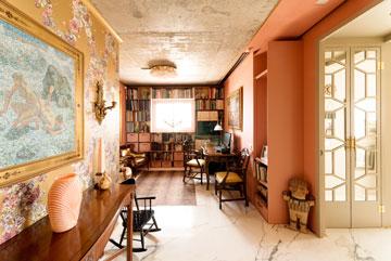 ספרייה המתכת בפינת העבודה נצבעה בוורוד, כמו הקירות. דלתות הפנים כוסו במראה ובמתכת בחיתוך לייזר (צילום: גדעון לוין)