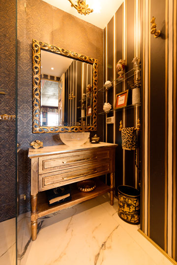 חדר הרחצה של הבן, עם טפט בזהב ושחור וכיור זכוכית (צילום: גדעון לוין)
