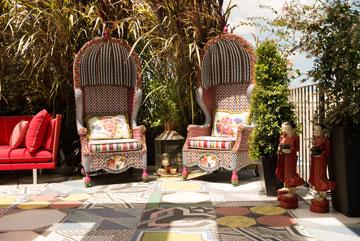 הרבה מהבחירות העיצוביות (כמו הכורסאות שבתמונה) נעשו כשהמעצבת והלקוחה נמצאו במדינות שונות, תוך כדי חילופי תמונות בטלפון (צילום: גדעון לוין)