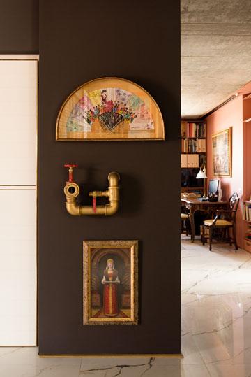 ליד המעלית: מניפה מצוירת שהכין לבעלת הבית הספר שלה בספרד, ברז כיבוי אש (אמיתי) וציור של אמן רוסי זקן (צילום: גדעון לוין)