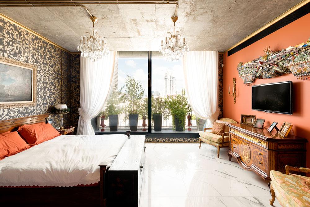מעל מסך הטלוויזיה יצירה של האמנית לורי רקאנטי, שבעלת הבית רכשה לאחר שראתה אותה במלון ''עלמה'' הסמוך (צילום: גדעון לוין)