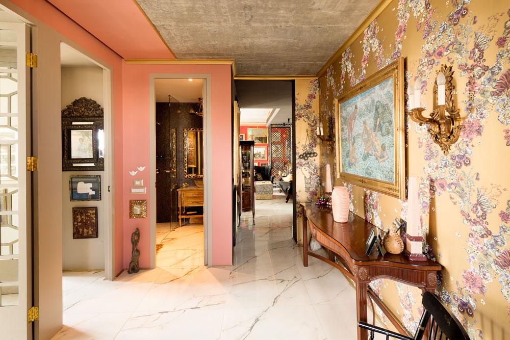 מבט מעומק צדה השני של הדירה, שבו חדר עבודה ושני חדרי שינה לילדיה הבוגרים של בעלת הבית (שחיים בחו''ל), עם שני חדרי רחצה (צילום: גדעון לוין)