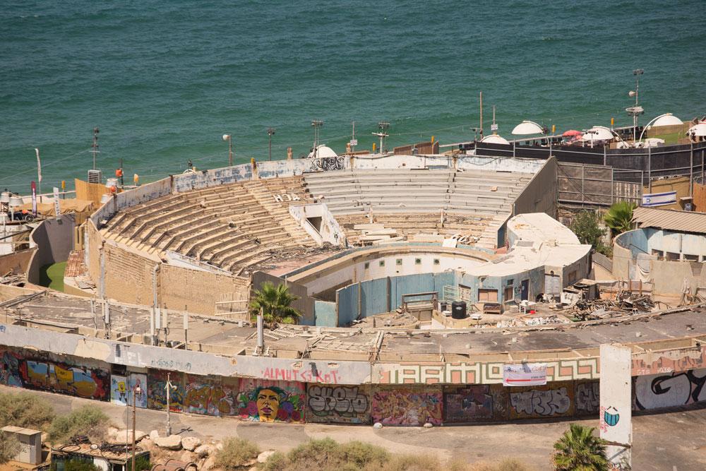 """האמפיתיאטרון של הדולפינריום. המתנגדים טוענים שבמקום להרוס את כל המבנה, יש להשמיש מחדש חלקים ממנו על מנת ליצור מתחם ציבורי פתוח-בנוי ייחודי. לטענתם, הצעתם הולמת את מטרת התוכנית - """"יצירת רצף עירוני לטיילת חוף ים"""" (צילום: דור נבו)"""
