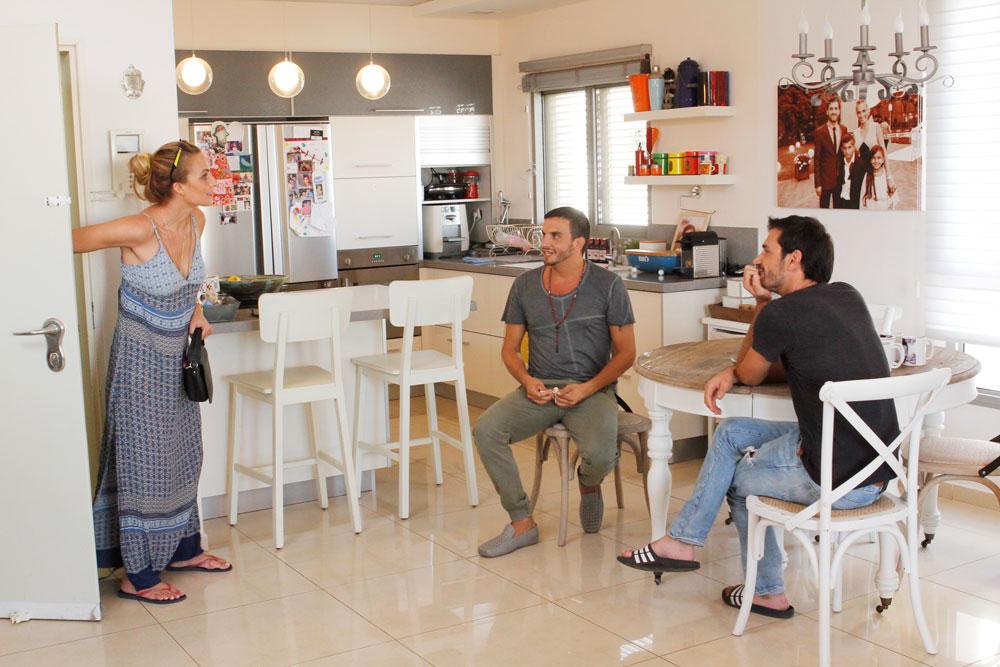 אילנית לוי, שהיא לא רק דוגמנית אלא שחקנית, נכנסת לפתע הביתה ופניה אומרות הכל (צילום: יוני רייף )
