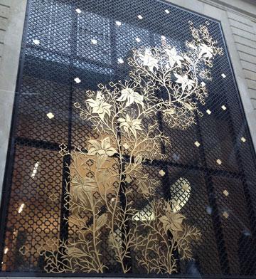 ההשראה: חזיתו של מוסד פיננסי בפריז (צילום: רבקה סרור)
