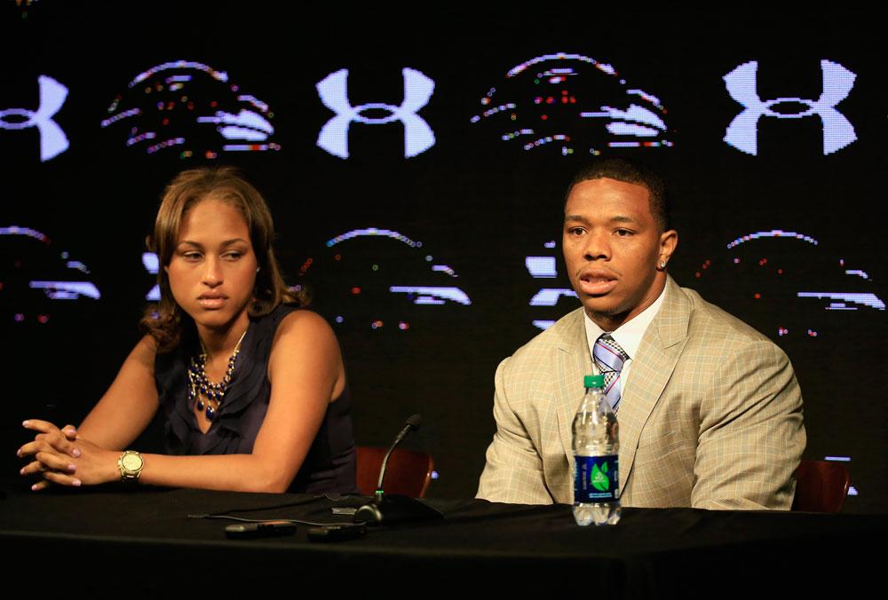 למה היא תומכת בו? ריי רייס ואשתו, ג'נאי, במסיבת העיתונאים שבה הודיעו שהם נשארים ביחד  (צילום: gettyimages)