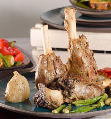 בשר נימוח. אוסובוקו עם ירקות שורש (צילום: יפית בשבקין, כלים: א.ד.נ.מ שילובים)