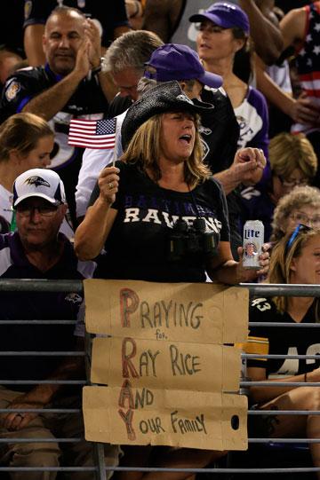 האוהדים דווקא בעדו. שלט תמיכה בעד רייס במגרשים (צילום: gettyimages)