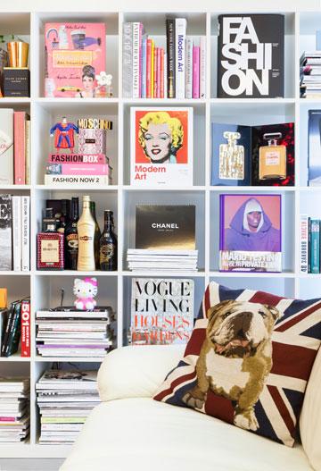 ספרי אופנה ופריטים שונים מהתחום מחיים את ספריית הכוורת בסלון (צילום: ינאי דיטש)