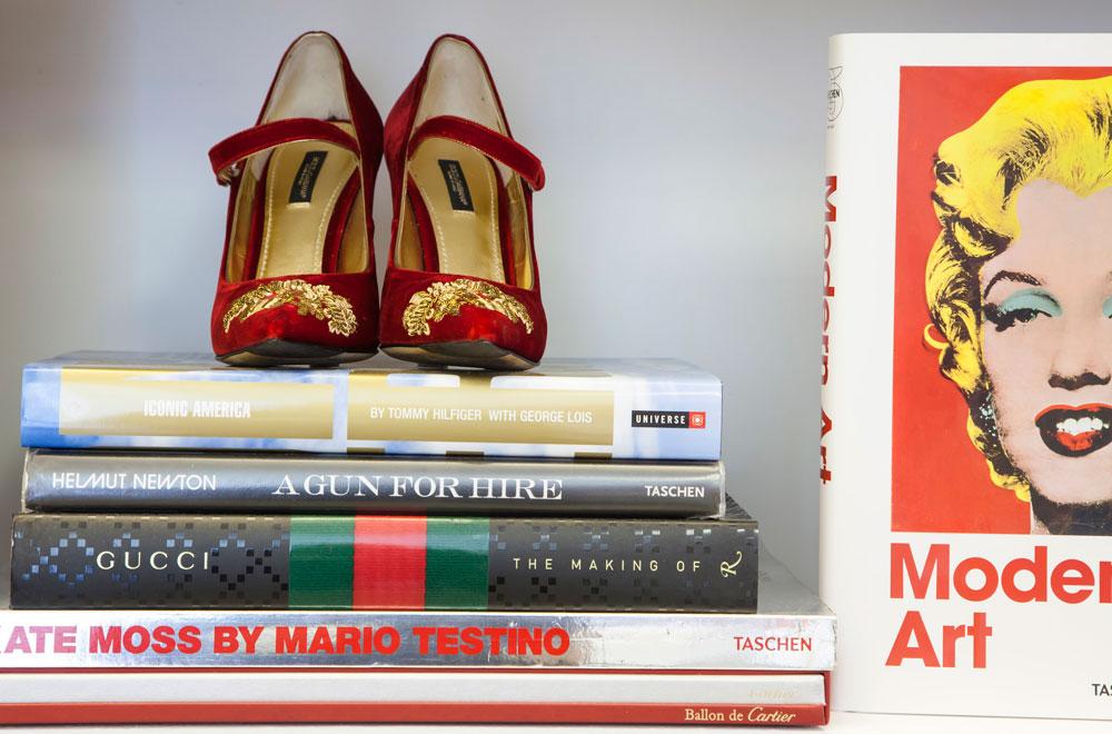 """נעלי מעצבים על הספרייה. """"הייתי שמה נעליים גם על השולחן בסלון"""", אומרת סימונוב (צילום: ינאי דיטש)"""