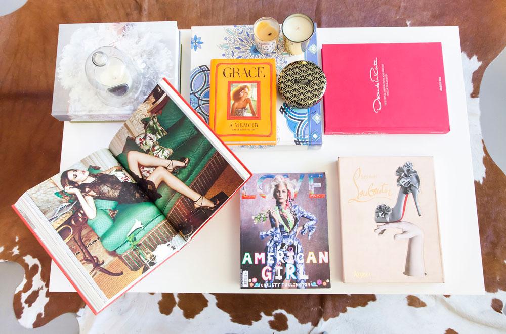 """ספרי אופנה ונרות יוקרתיים על שולחן הקפה. """"חשוב לי שגם הדברים הקטנים יהיו איכותיים וממותגים (צילום: ינאי דיטש)"""