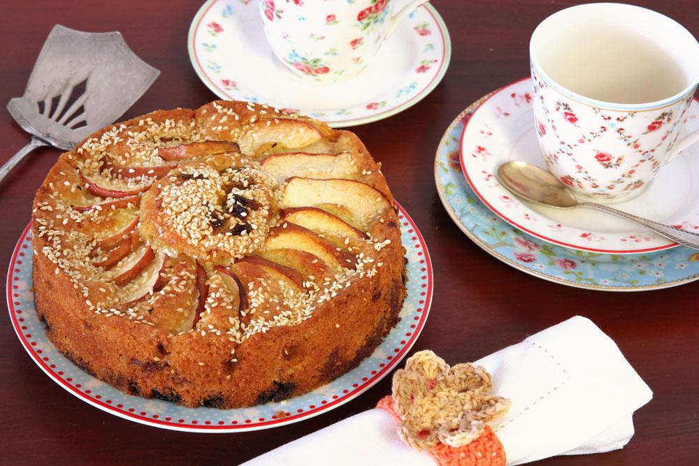 השומשום עושה את ההבדל. עוגת תפוחים בחושה מהירה (צילום: אסנת לסטר)