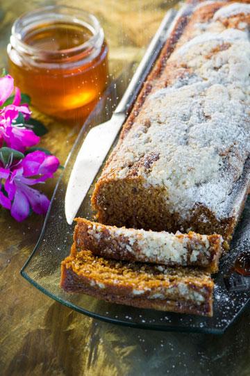 עוגת דבש קלה עם קראמבל קינמון (צילום: דודו אזולאי)