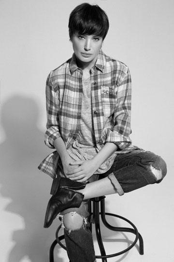 טי שירט, אלכסנדר וונג בפקטורי 54; חולצה מכופתרת, איזבל מארה באמור; ג'ינס, מארק ג'ייקובס בפקטורי 54; מגפיים, אגת (צילום: יניב אדרי)