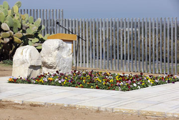 הקבר של אריאל ולילי שרון. המצבה שלו גדולה יותר (צילום: גדי קבלו)