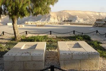 הקבר של דוד ופולה בן-גוריון. 70 דונם בשדה בוקר