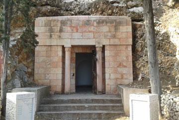 קברם של בני הזוג חנקין. בהשראת בית המקדש (צילום: עופר קמחי, cc)